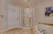 Salle de bain avec un grand bain double et une belle douche séparé